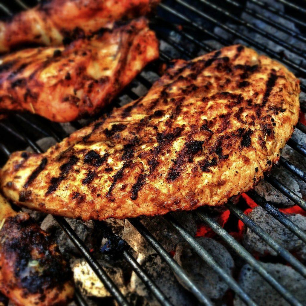 Grill Trennspray: So gelingt das Steak unkompliziert: Ein bisschen Trennfettspray auf dem Grill sorgt für Wunder